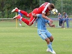 Zbrojovka se v přípravném zápase střetla se Slovanem Bratislava.  Na snímku Šural (Brno) a Rharsala (SL).
