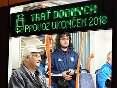 Přesně v deset hodin a čtyřicet minut večer projela Dornychem historicky poslední tramvaj číslo 12.