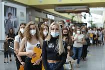 Stovky mladých dívek postávaly v dlouhé frontě na casting Schwarzkopf Elite model look v brněnském centru Olympia.