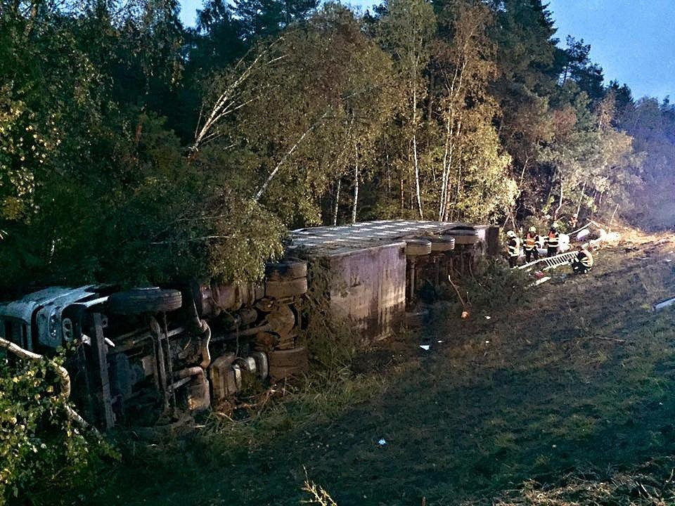 Převrácený kamion s prasaty zablokoval dálnici D1 na 168. kilometru u Devíti křížů.