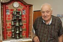 Důchodce Dušan Josef z Brna se svým orlojem. Nosí ho s sebou na zádech.
