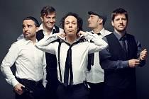 Členové big bandu Electro Deluxe se prezentují jako vlci v rouše beránčím.