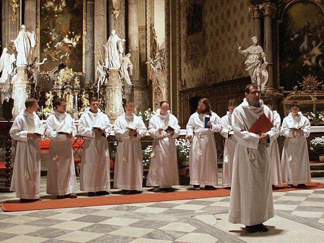 Svatomichalská gregoriánská schola zazpívá 3. dubna u příležitosti temné hodinky při svíčkách.