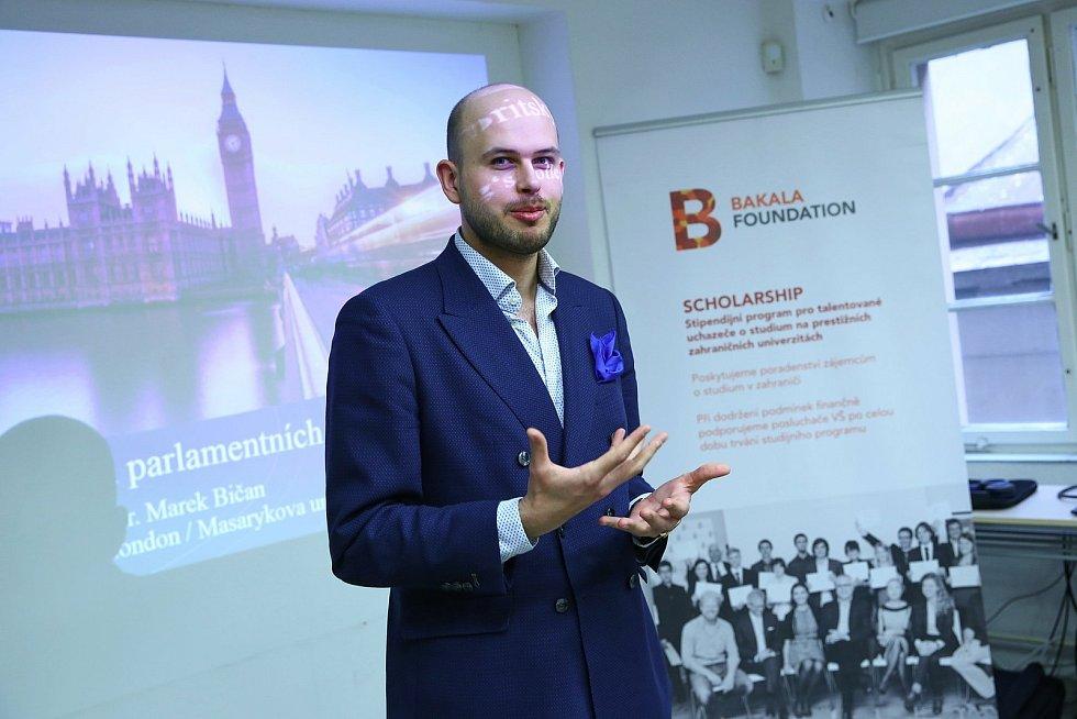 Marek Bičan přednáší o studijních možnostech ve Velké Británii.