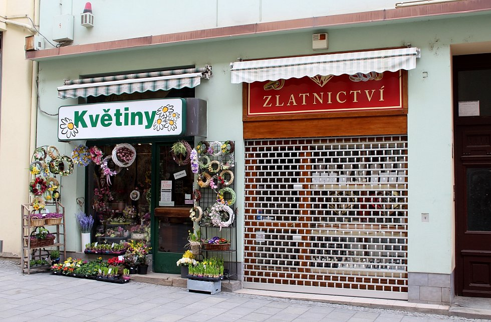 Paradox otevřeného květinářství a zavřeného zlatnictví v Kobližné ulici v historickém centru Brna, 13. března 2021.