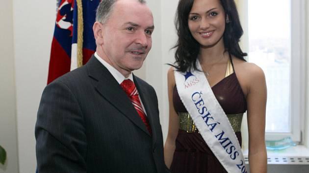 Českou miss Elišku Bučkovou přijal hejtman Stanislav Juránek.