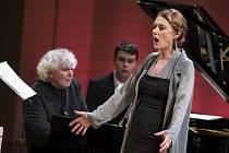 Pěvkyně Magdalena Kožená při vystoupení s manželem, proslulým Sirem Simonem Rattlem.