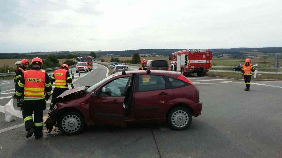 Dopravní nehoda dvou osobních automobilů na křižovatce mezi Ostravačicemi a Rosicemi. Ke srážce došlo v pátek odpoledne.