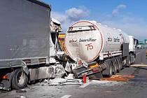 Střet kamionu s cisternou převážející pohonné hmoty zablokoval v úterý ráno na několik hodin dálnici D2 poblíž Olympie za Brnem.