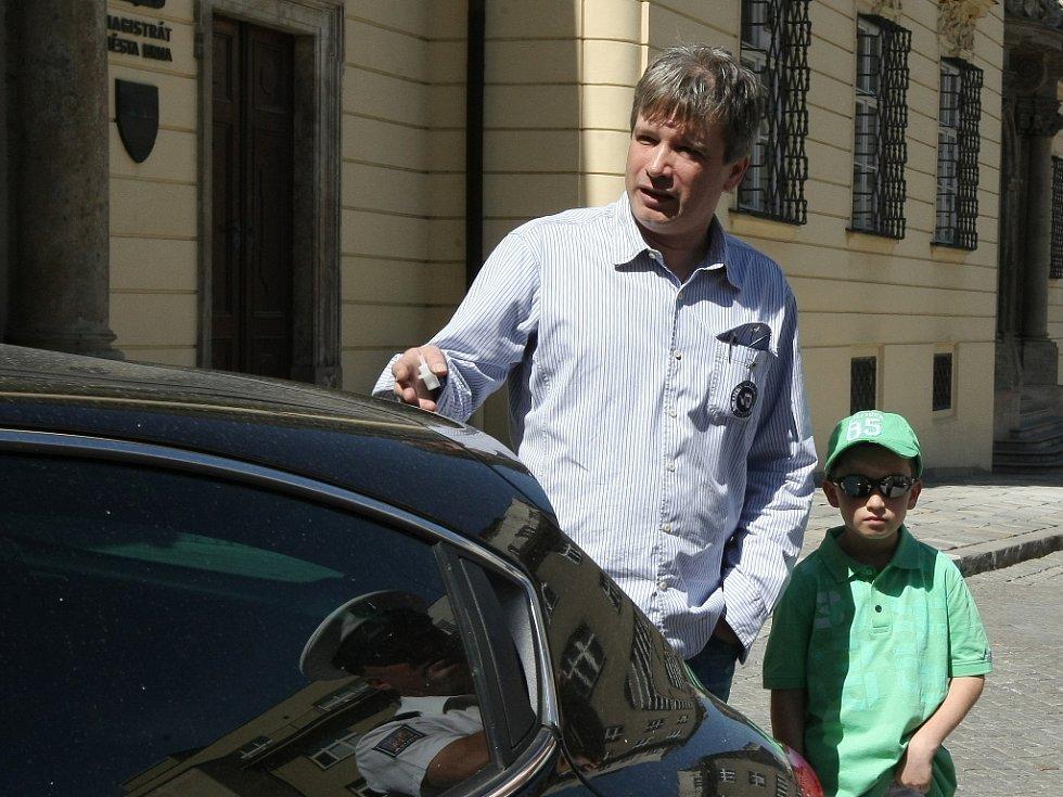 Brněnský primátor Roman Onderka v sobotu před polednem zranil na Dominikánském náměstí při vyjíždění z parkoviště ženu.