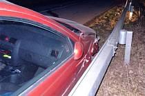 Auto poškozené po nárazu do svodidel nedaleko hradu Veveří.