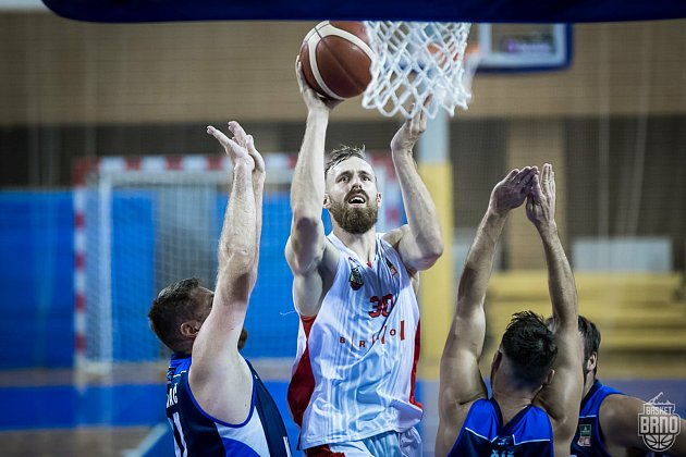 Brněnští basketbalisté (vbílém Jakub Krakovič) se utkají ve dvojzápase otřetí místo sKolínem.