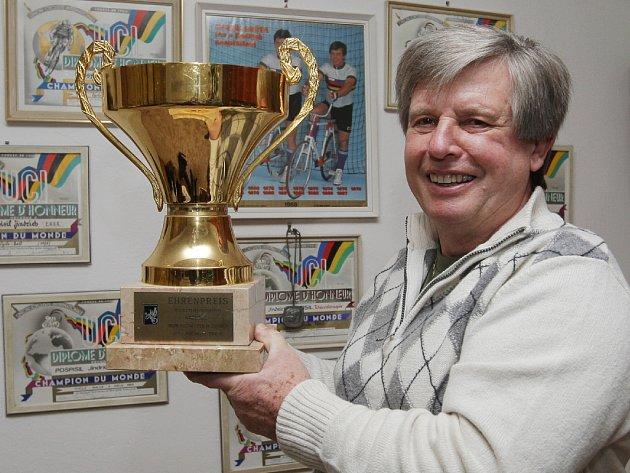 Jindřich Pospíšil s pohárem.