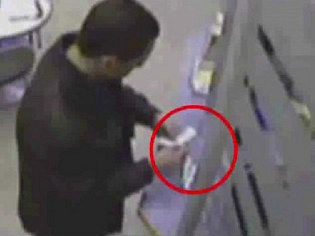 Muž hrozil v sázkové kanceláři střelbou.