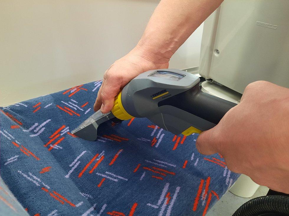 Pracovníci brněnského dopravního podniku finišují s údržbou klimatizace a také čistí sedačky ve vozech.