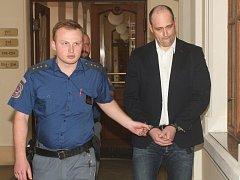 Obžalovaný Martin Koudelka u brněnského krajského soudu. Viní jej z loupeže v Jedovnicích na Blanensku.
