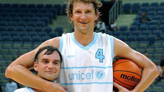 Basketbalista Jiří Okáč s hercem Ivanem Trojanem.