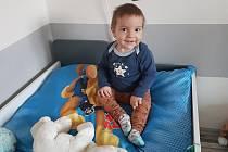 Dvouletý Tobiáš Kazda z Malešovic na Brněnsku prodělal bolestivou léčbu zhoubného nádoru na ledvině.