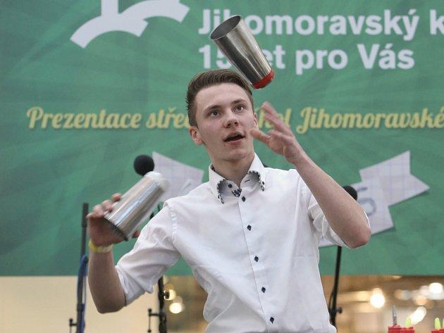 Jihomoravská učiliště ukazují v modřickém nákupním centru Olympia svoje dovednosti a lákají nové žáky.