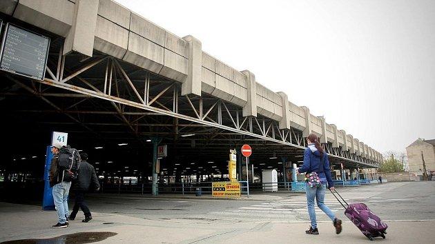 ZVONAŘKA. Terminál začal sloužit před víc než 40lety, aby ulevil od náporu nádraží uGrand hotelu. Cestující hodnotí prostředí jako nevzhledné, zanedbané a zapáchající. Proměna vmoderní nádraží měla začít už loni, ale posunula se na letošní jaro.
