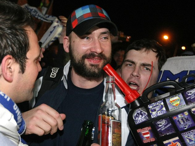 Útočník brněnské Komety Tomáš Divíšek při nočním vítání po postupu do finále přes Plzeň.