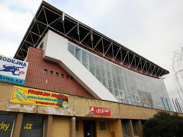 Brno dá letos do vylepšení plaveckého stadionu přes čtyři miliony korun. Šatny chce přeměnit na společné, pořídí do nich kabinky.