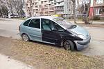 Dlouhodobě odstavené auto v Brně, ulice Hrnčířská.