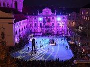 Kluziště na Moravském náměstí v Brně otevřeli malí bruslaři i zkušení reprezentanti.