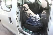 Vykradené auto v ulici Studánka v Brně, ze kterého si řidič odnesl elektrokoloběžku i notebook.