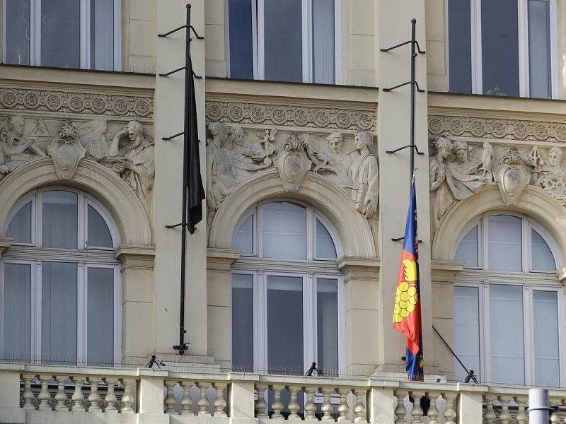 Krajský úřad v Brně vyvěsil kvůli událostem v Bruselu černou vlajku.