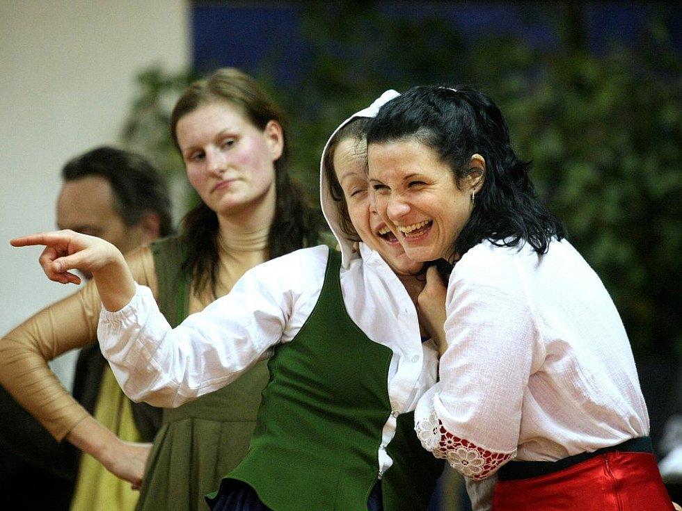 Taneční divadlo Mimi Fortunae z Brna. Představení Kytice, v němž se mísí herectví, zpěv i tanec, obsáhne šest básní Karla Jaromíra Erbena.