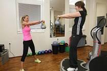 Jihomoravská soutěžící cvičí ve fitness Powerplate.