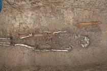 Archeologové objevili trojici keltských kostrových hrobů při záchranném výzkumu v Kuřimi.