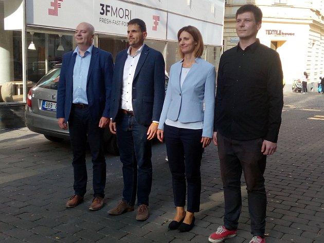 Koaliční dohodu podepsala ODS (druhá zprava Markéta Vaňková), ČSSD (vlevo Oliver Pospíšil), KDU-ČSL (druhý zleva Petr Hladík) a Piráti (vpravo Tomáš Koláčný).