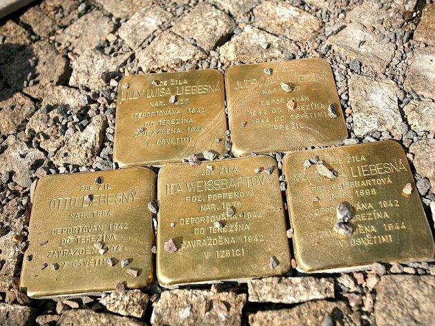 Památku židovské rodiny Liebesných odvlečené do koncentračních táborů uctili v sobotu odpoledne lidé v Lomnici na Brněnsku.