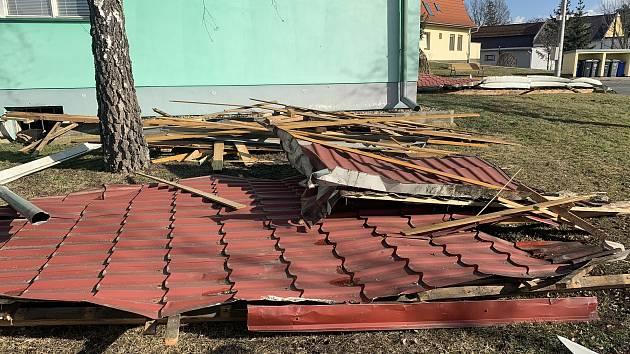 V Branišovicích ba Brněnsku opravili kulturní dům. Střechu poničil orkán Sabina.