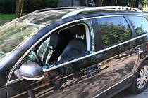 Navigace kradl mladík z aut přes okno spolujezdce.