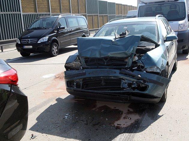 Tři nehody v jednom místě se staly krátce po deváté hodině ráno na dálnici D1 ve směru na Prahu.