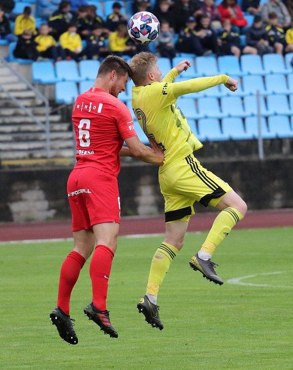 Obránce Pavel Dreksa (v červeném)