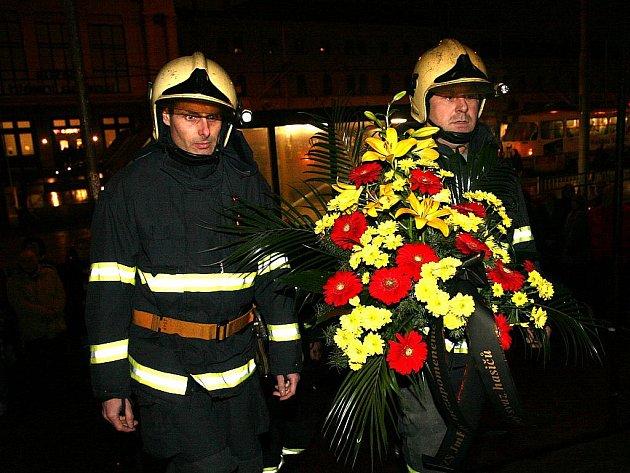 Pietní akt u vyhořelého kasina k uctění památky dvou hasičů.