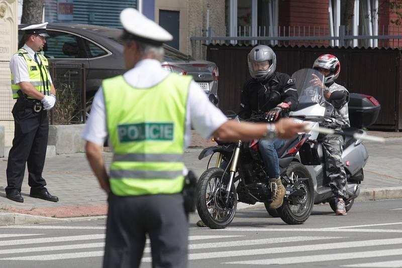 Na křižovatce Merhautovy a Provazníkovy ulice v Brně soutěžili policisté v krajském kole řízení dopravy.