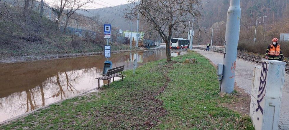Zaplavená Bystrcká ulice v Brně po havárii vodovodu.