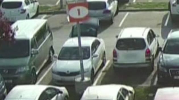 Dva pachatelé, kteří v centru Brna vykradli nejméně devětatřicet aut, se podle policistů občas chovali nesmyslně. Měli už nacvičený systém, jak auta rychle vykrást. Jeden případ se policistům podařilo natočit i na kameru.