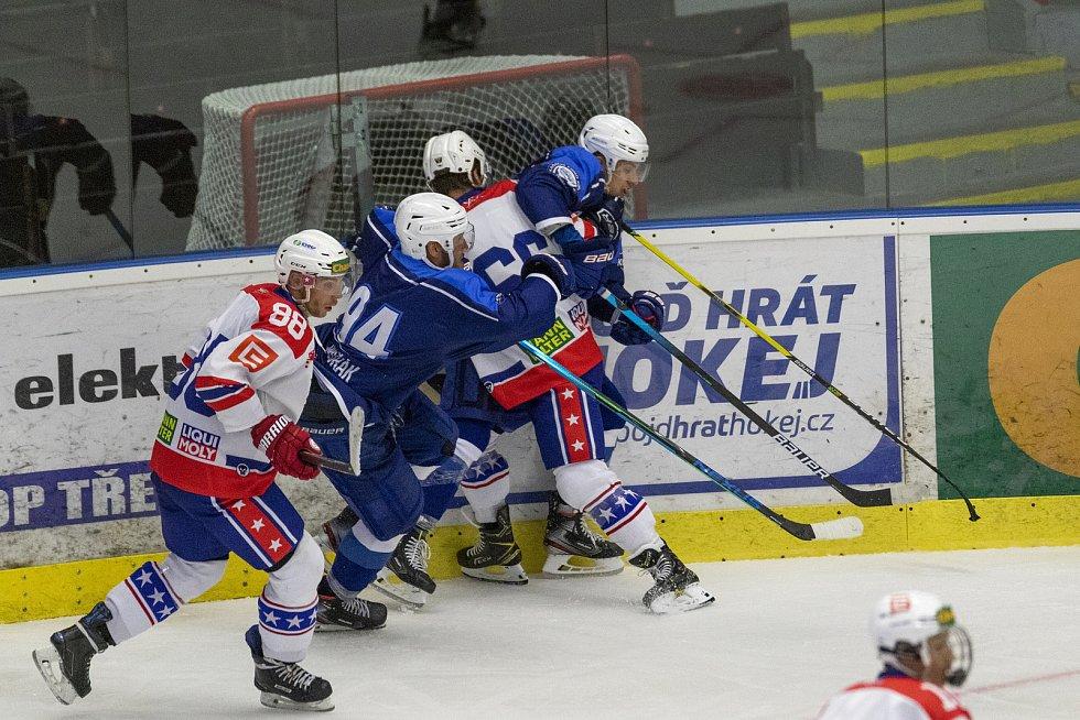 Brněnští hokejisté (v modrém) hráli s Třebíčí 3:3, když se kvůli mlze z pyrotechniky přípravný zápas předčasně ukončil.