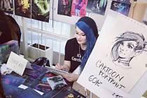 Jednadvacetiletá umělkyně jezdí kreslit lidi na festivaly.