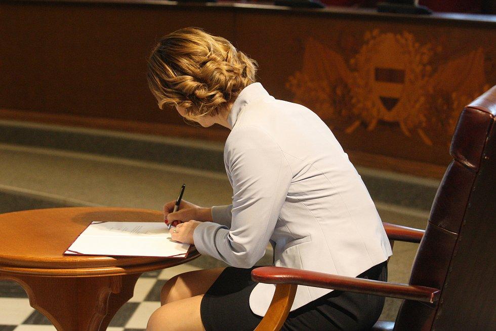 Markéta Vaňková podepisuje slib zastupitele.