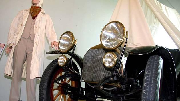 Expozice v muzeu přibližuje atmosféru závody i historické vozy.
