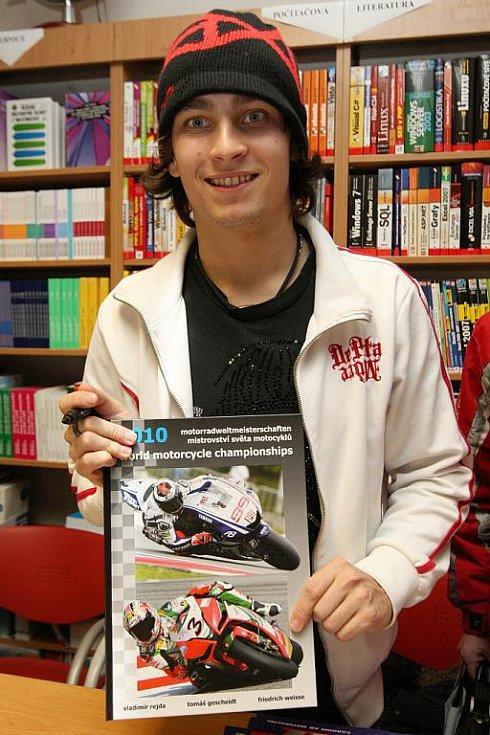 Motocyklový jezdec Karel Abraham pokřtil v Brně novou knihu.