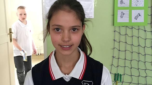 Desetiletá Karolína Kovářová vyhrála soutěž Uč se anglicky a dobudeš svět.