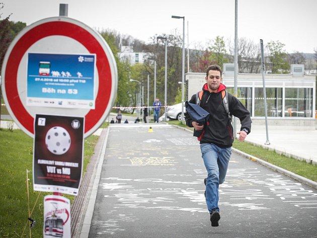 Doběhnout na poslední chvíli autobus nebo si počkat na další? Podobné dilema řeší podle pořadatelů Běhu na 53 mnoho studentů, kteří využívají linku 53.